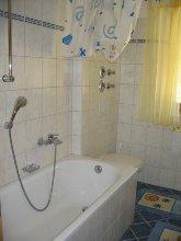 Badewanne und Toilette