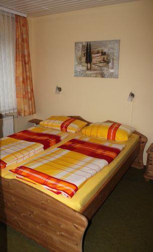 Schlafzimmer in freundlichen Farben