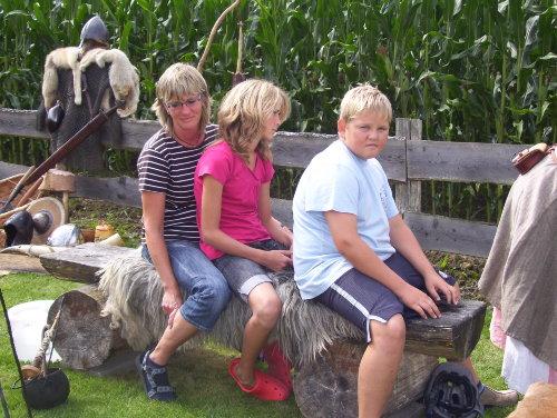 Gäste beim Wikingertag auf dem Hof