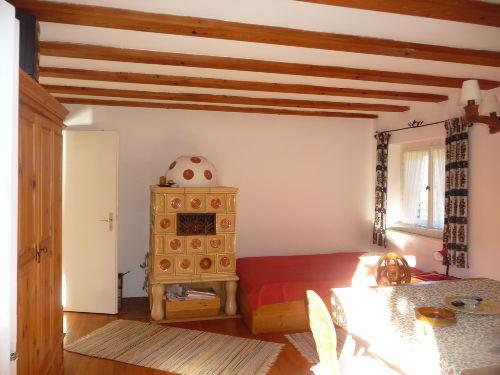 Wohnzimmer m. Kachelofen und Doppelbett