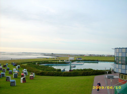 Meerwasserbecken und Spielwiese