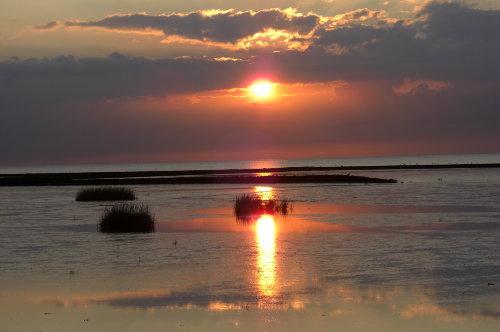 Sonnenuntergang, Wolken und Meer