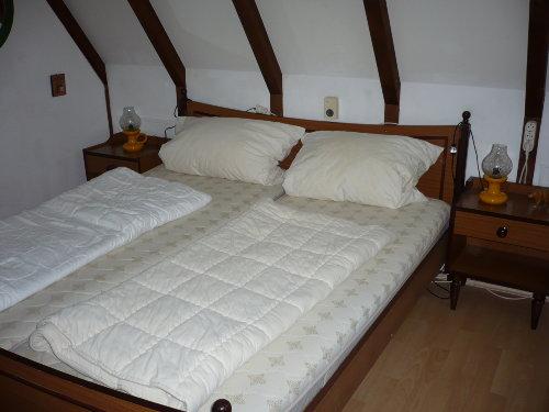 Schlafraum mit Doppelbett im Erdgeschoss