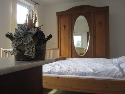 Schlafzimmer 1 mit Blick auf den Hof