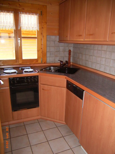 Küche mit Umluftherd, Spülmaschine usw.