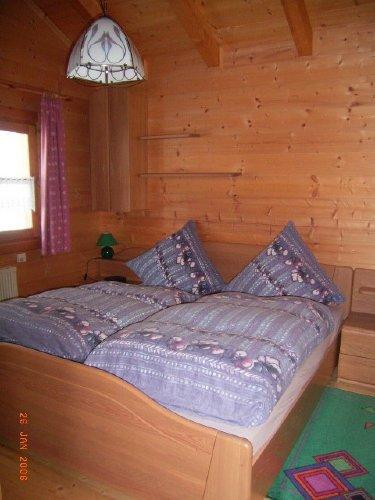 Schlafzimmer m. Doppelbett + gr. Schrank