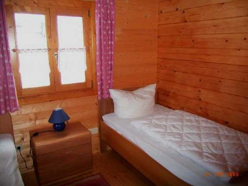 Schlafzimmer mit zwei erhöhten Betten