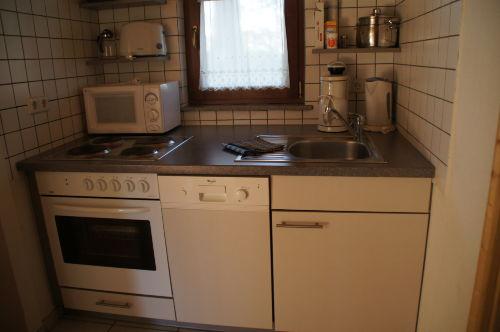kleine Küche mit Spülmaschine