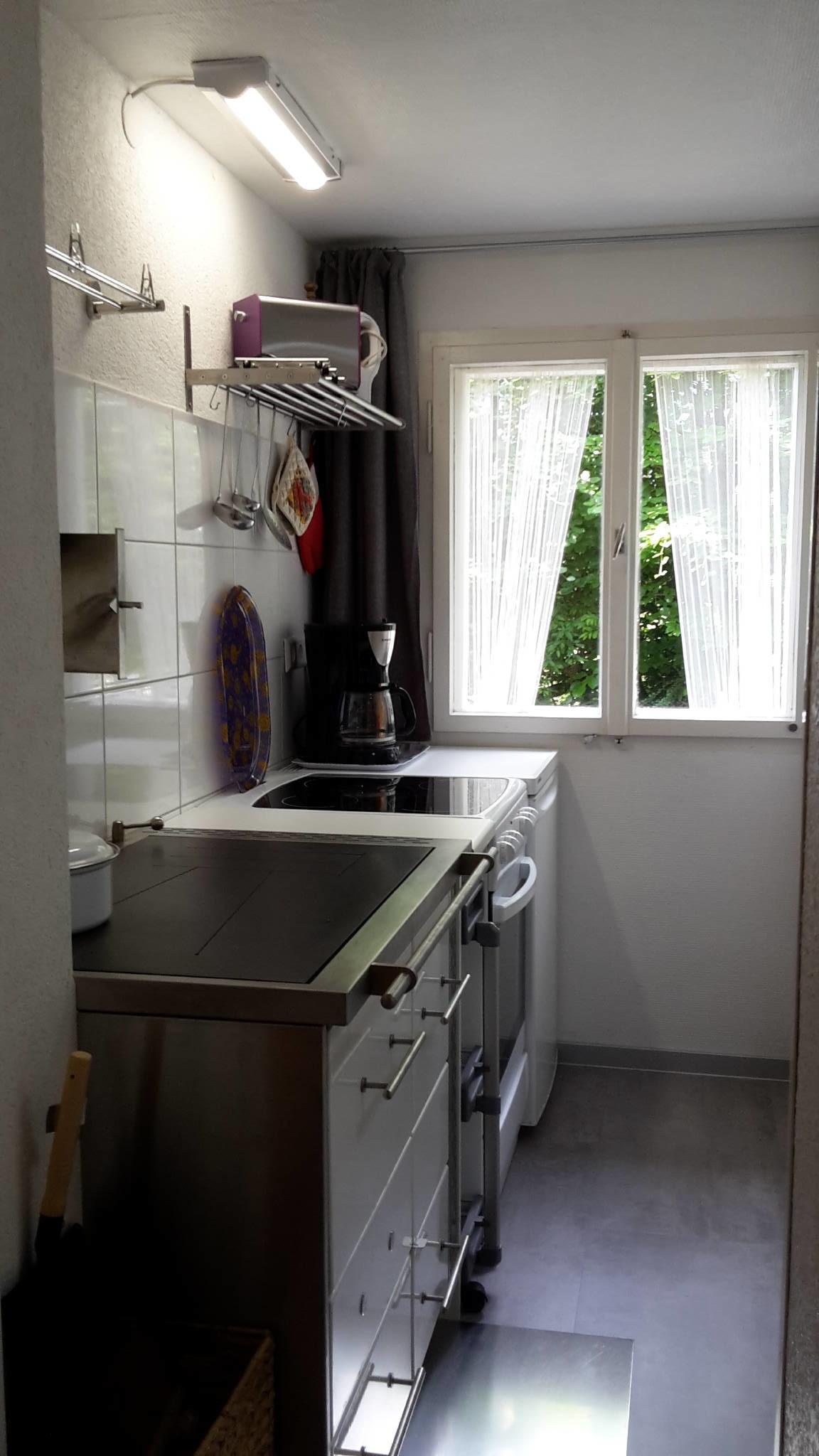 Küche mit Holzofen und Waschgelegenheit