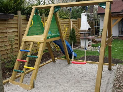 Kinderspielplatz mit Rutsche, Schaukel
