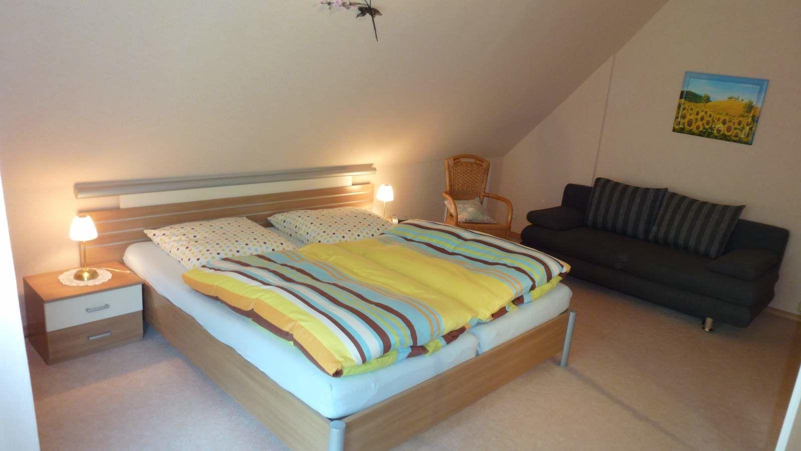 Doppelbett im großem Schlafzimmer