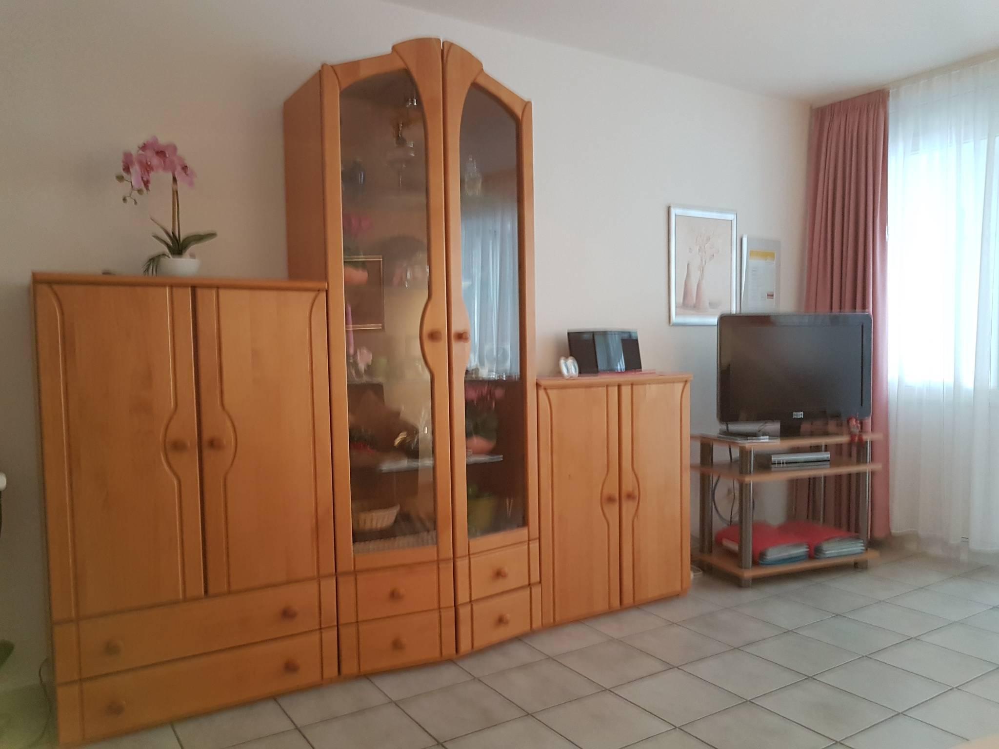 Wohnzimmer mit Essecke und Sitzecke