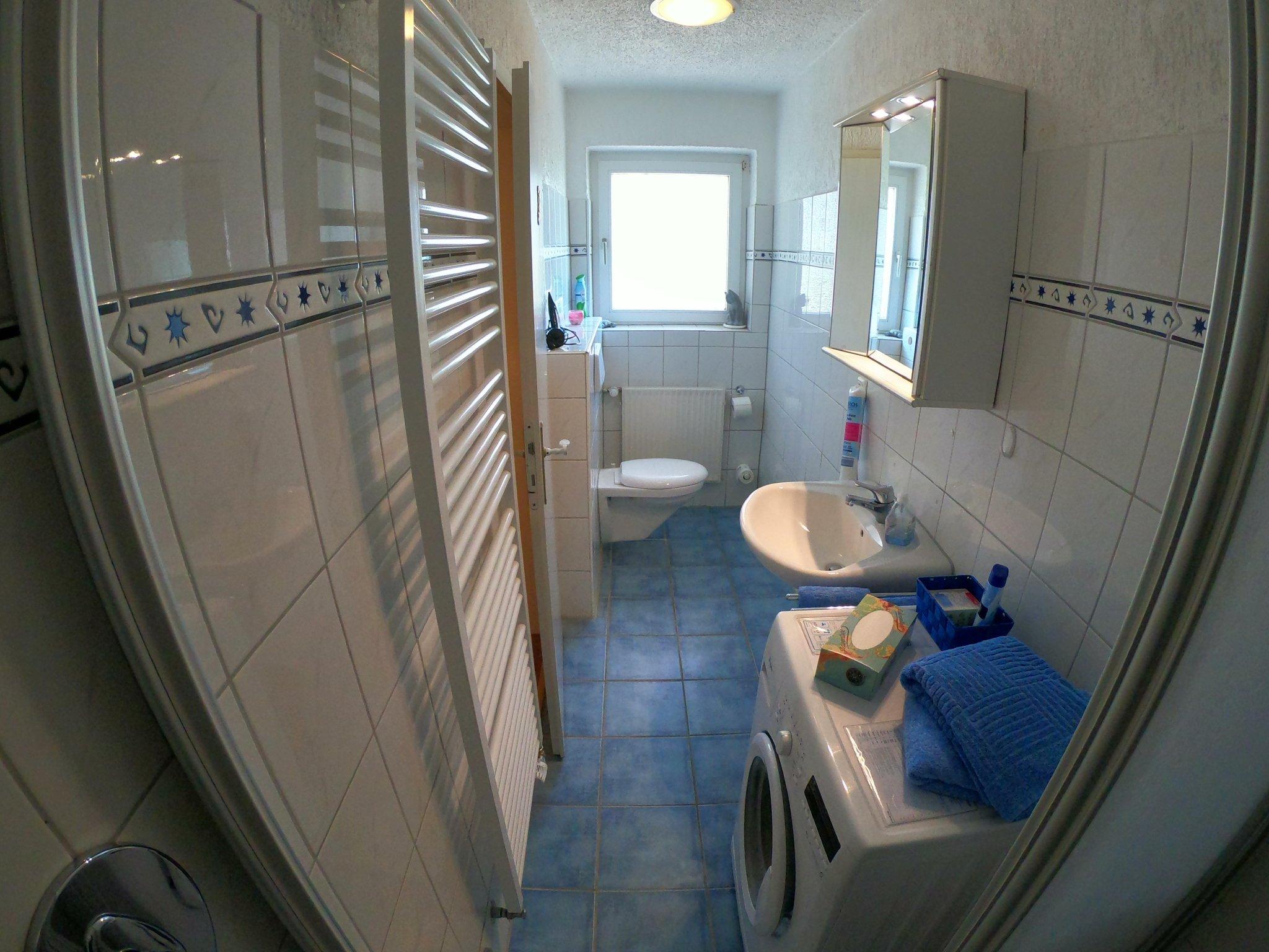 Bad 2, neben Sz.2: Waschtisch, Dusche,WC