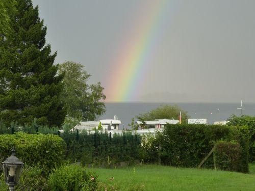 Regenbogen über dem See