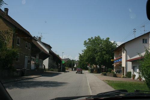 Hauptstrasse mit Lebensmittelgeschäft