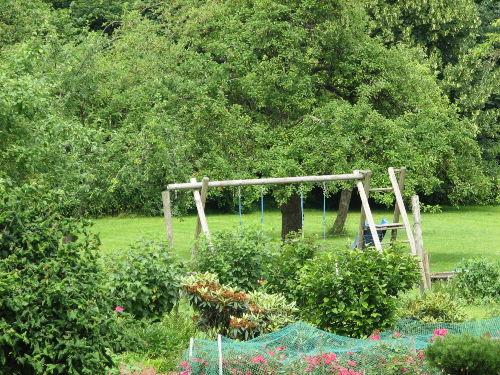 Blick in den Garten mit Spielplatz