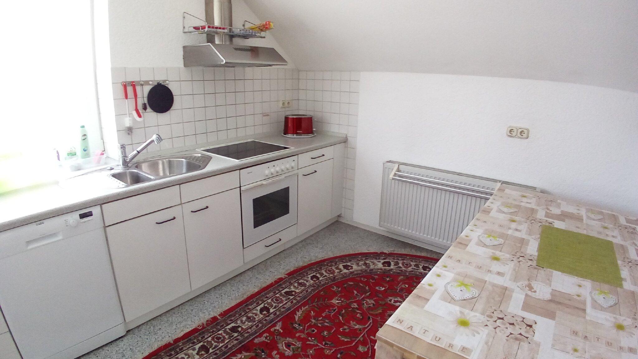 Küche mit kleinem Sitzplatz