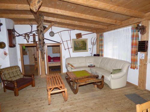 Wohnbereich der Ferienhütte Ledercouch