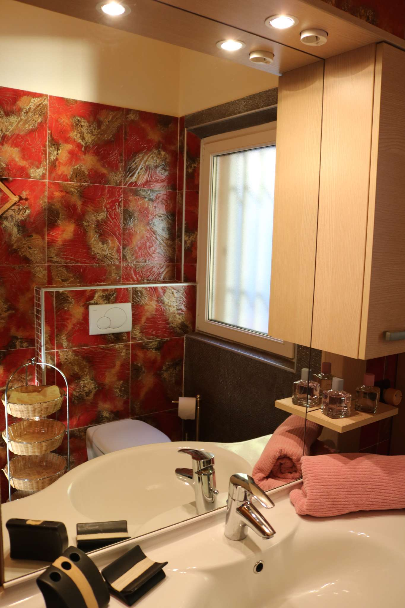 Modernes Badezimmer mit Fenster