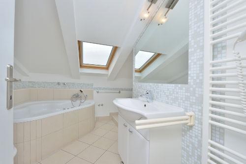 Whirlpool, Dusche, Waschmaschine und WC