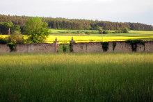 Blick in die Umgebung mit Parkmauer