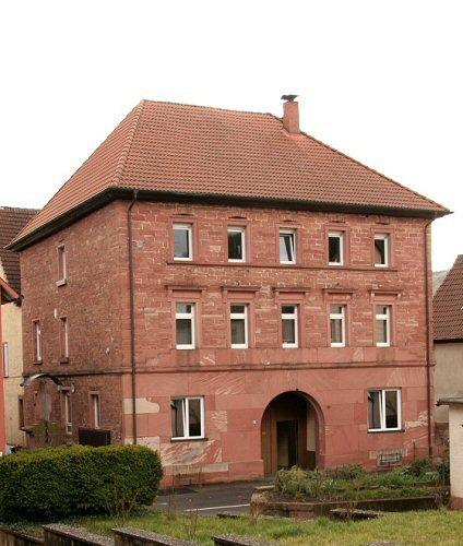 Markantes Sandsteinhaus in Ortsmitte