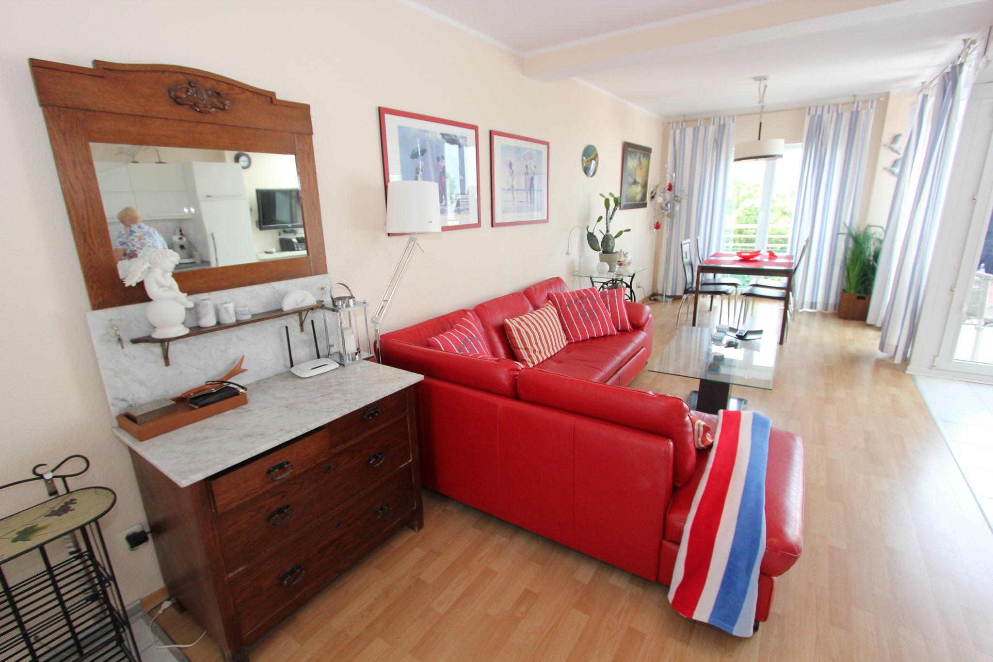 Wohnzimmer mit Esstisch im Hintergrund.
