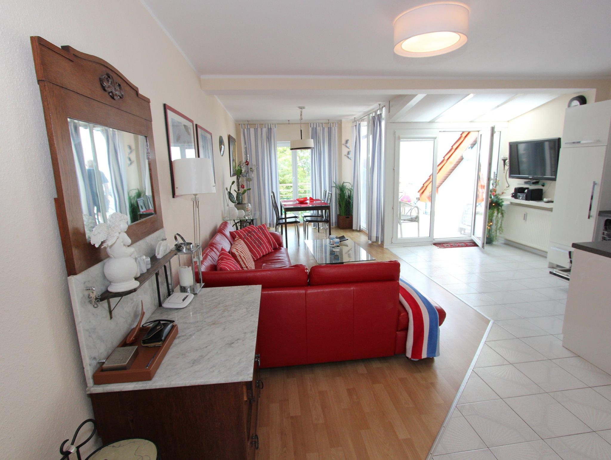 Überblick auf das Wohnzimmer und Balkon.