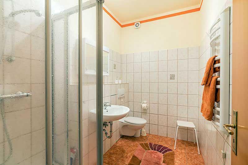 Bad mit Dusch, WT, WC, Handtuchtrockner