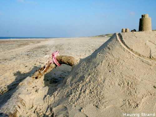 Sandburgen bauen am Haurvig Strand