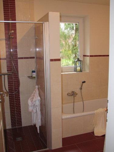 ...mit Dusche und Badewanne