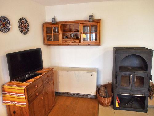 TV und Kamin im Wohnzimmer