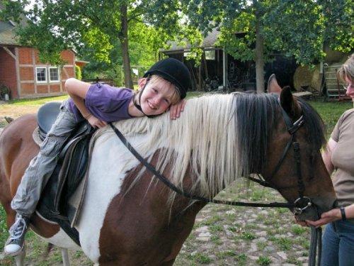 Helene reitet mit Gismo aus