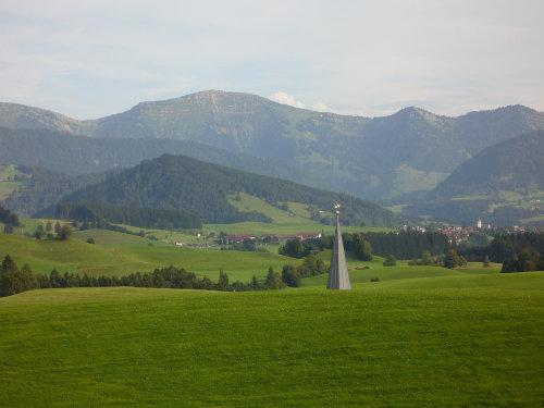 Blick über Stiefenhofen zu den Bergen