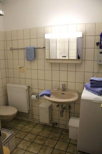 Dusche und WC mit Münzwaschmaschine