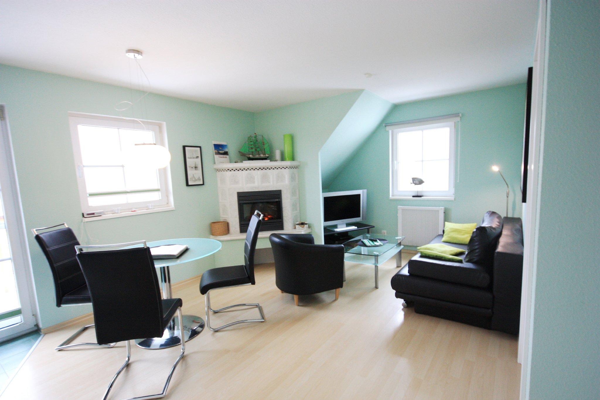 Wohnzimmer mit Kamin und 80cm LCD-TV