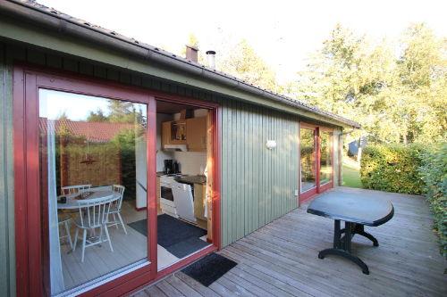 Vor Küche und Wohnzimmer die Terrasse