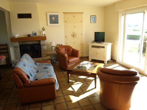 Wohnzimmer mit Kamin und Ausgang Terrass