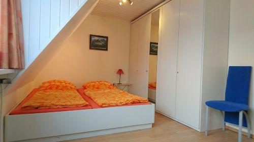 Doppelbett und gro�er Schrank