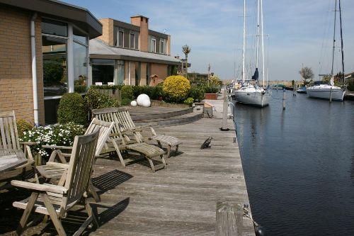 Terrasse am Wasser mit Bootssteg