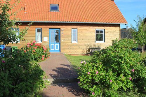 Hauseingang mit Bank für die Gäste
