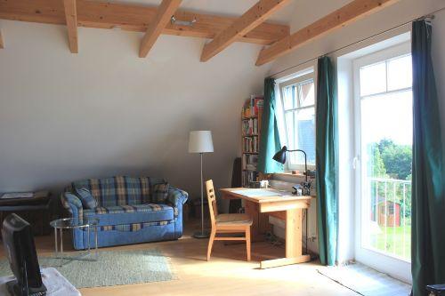 Wohnzimmer mit Schreibtisch u. Sofa