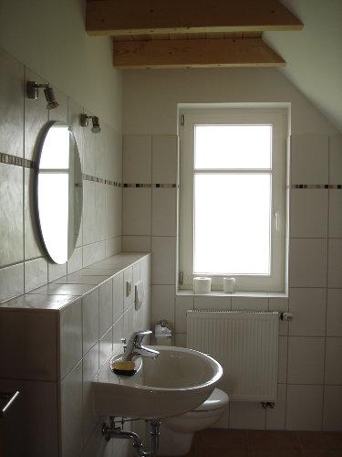 Bad (Dusche rechts v. Bild)
