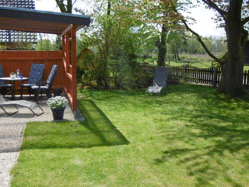 Garten mit Schaukel und Spielhaus