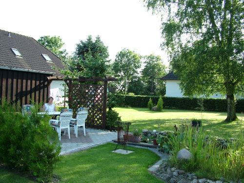 eine der Terrassen im Garten