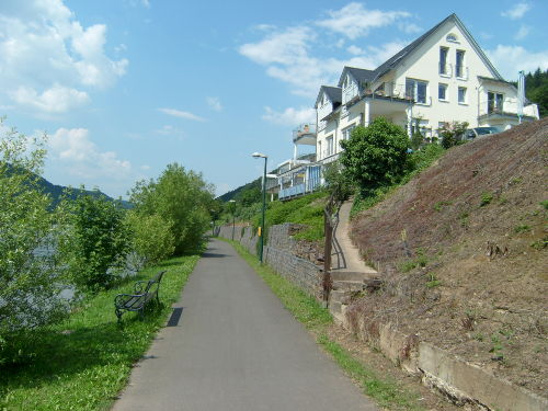Nur einen Rad-Fußweg vom Moselufer