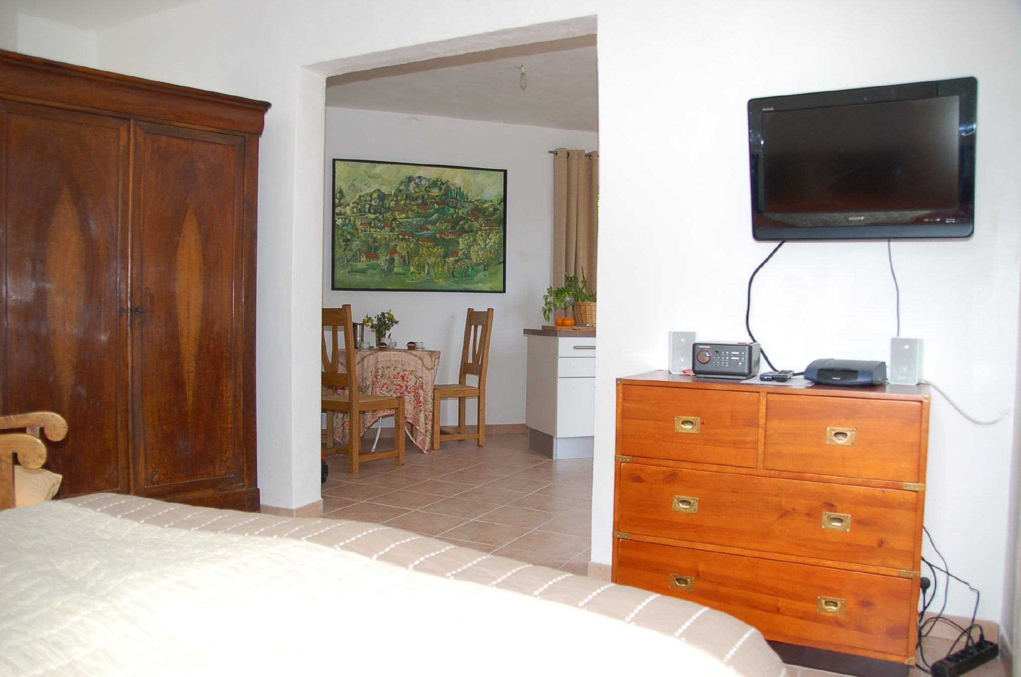 Blick aus dem Schlafraum ins Wohnzimmer