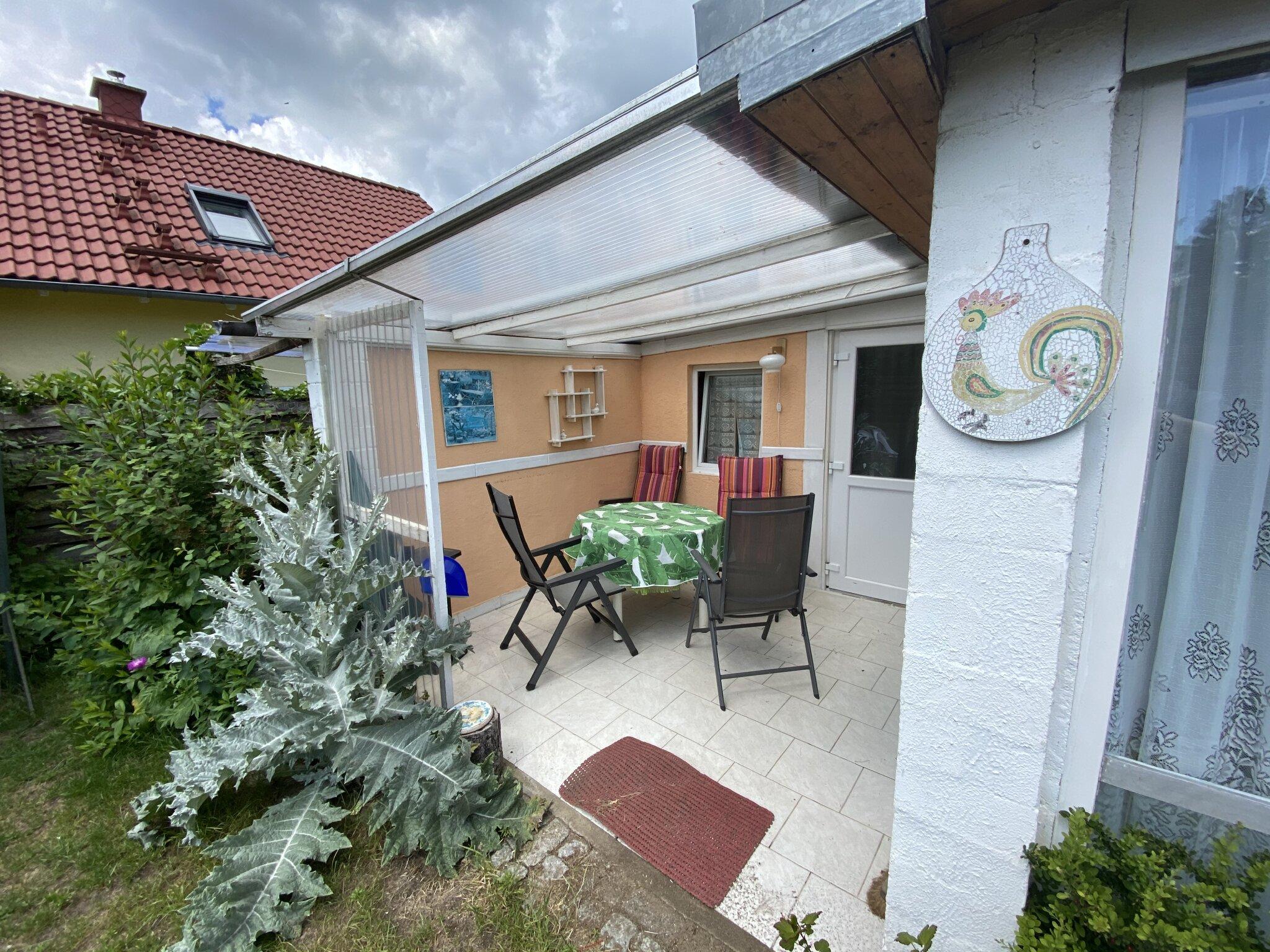 Bungalow 2 Wohnbereich und Kinderbett