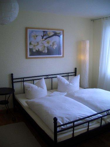 1. Schlafzimmer mit Blick auf das Bett