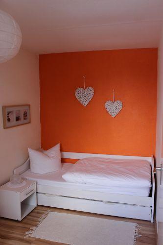 2. Schlafzimmer mit Blick auf das Bett